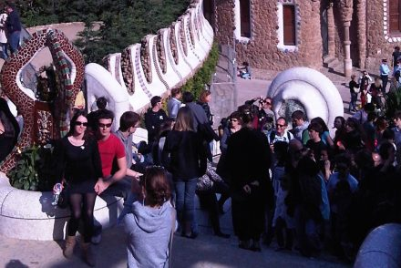 parque_guell_barcelona_crowd